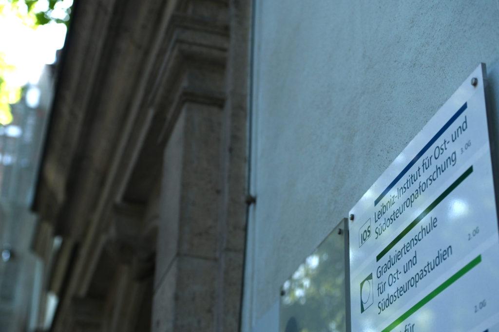 Gebäudefassade und Türschild des Leibniz-Instituts für Ost- und Südosteuropaforschung (IOS).
